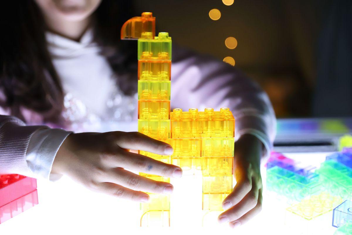 legos-translucidos-tickit-mesa-de-luz-2