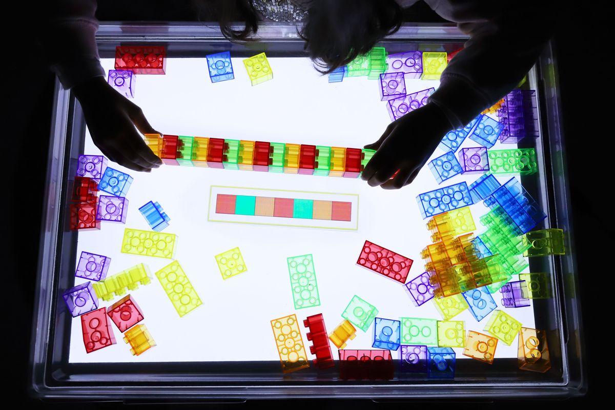 legos-translucidos-tickit-mesa-de-luz-4