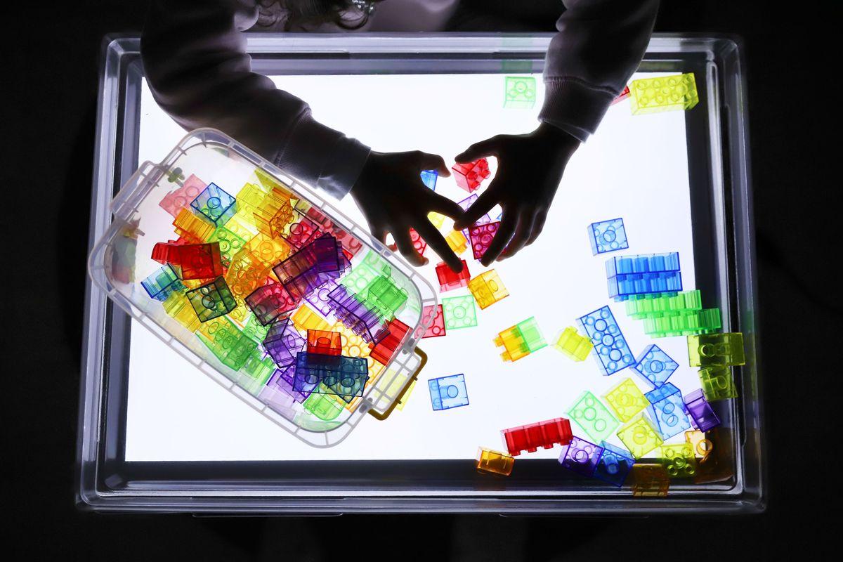 legos-translucidos-tickit-mesa-de-luz-5