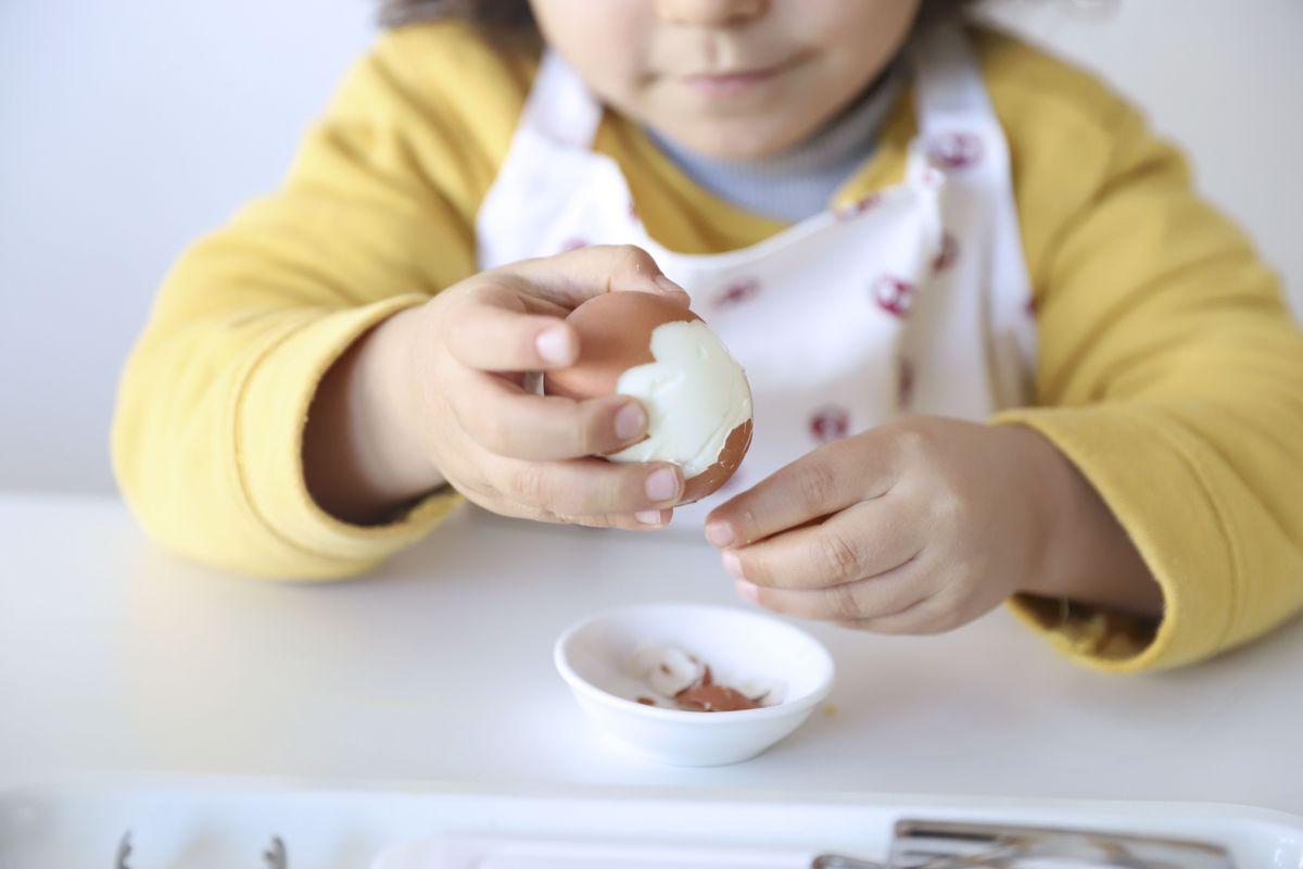 cortar-huevos-montessori-1
