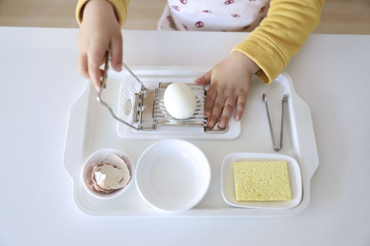 cortar-huevos-montessori-3