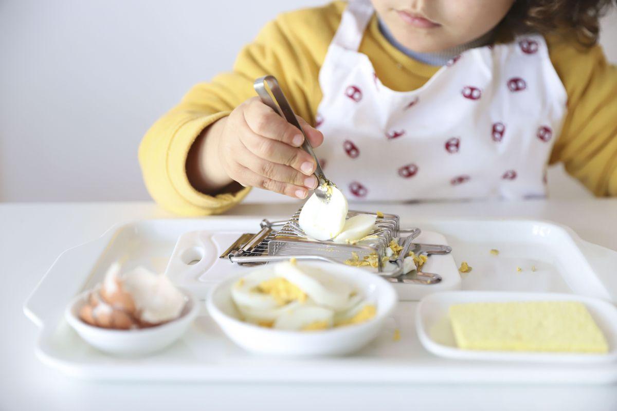 cortar-huevos-montessori-8
